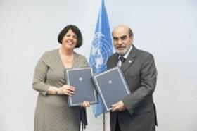 Fotografía del acto de firma de la alianza entre FAO y Consumers International