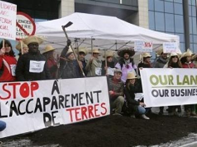 movilización de activistas de la campaña Our Land Our Business en contra del Doing Business Report del Banco Mundial
